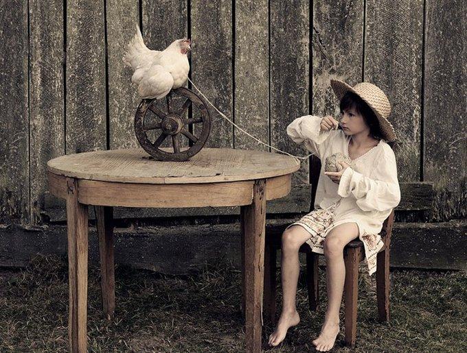 enfant joue avec poule