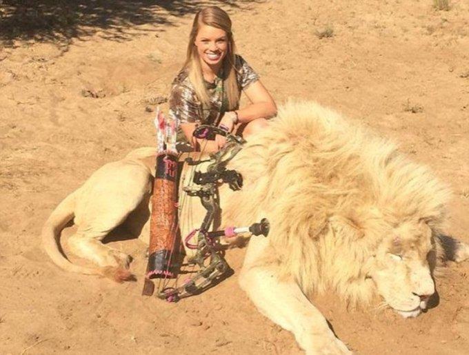 Kendall Jones devant le cadavre d'un lion