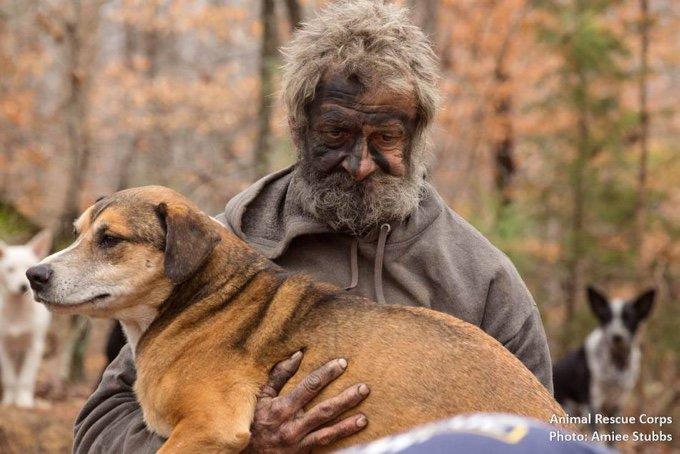 Un SDF avec un chien dans les bras