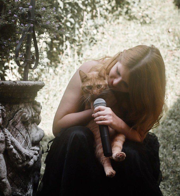 Chanteuse avec un chat roux