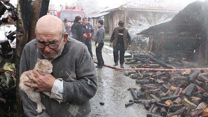 Cet homme de 83 ans a tout perdu dans un incendie, mais heureusement, il a sauvé son meilleur ami.