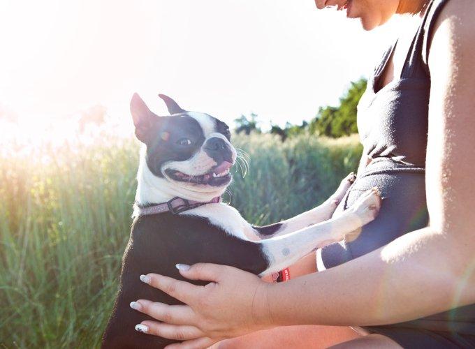 Femme enceinte avec son chien